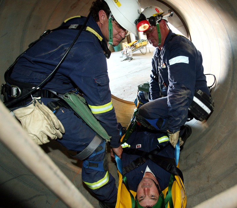 Kevin Rahley is rescued by Steve Bogg and Paul Thompson311006kalrescue4[ks]